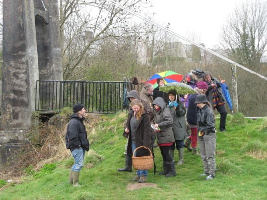 Wild food foraging walk in Llandeilo: on the banks of the Tywi.